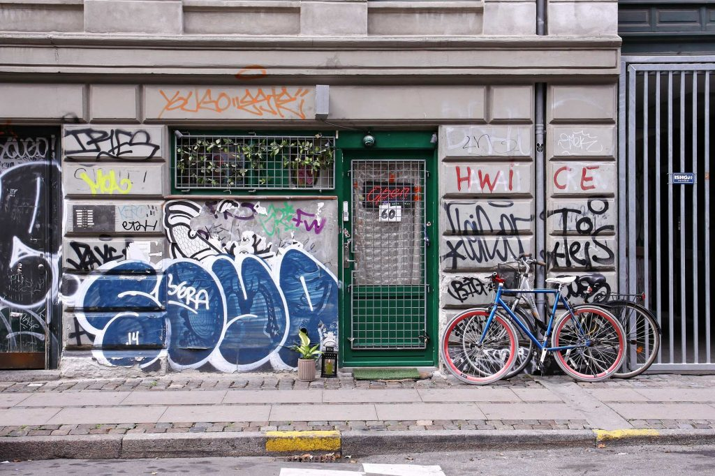graffitis murs immeuble